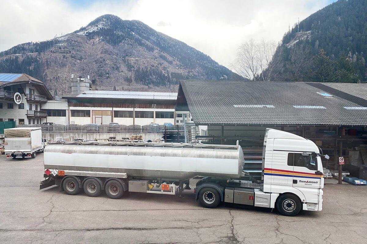 1 semirimorchio con cisterna per carburanti